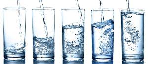 научен опит с вода и чаши